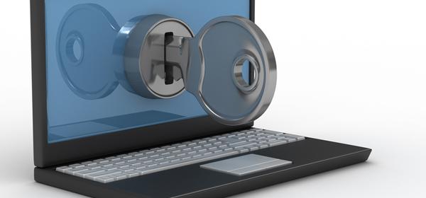 En la imagen se ve una llave grande que está inserta en la pantalla de un notebook